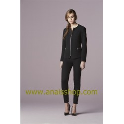 chaqueta negra con cuello caja y cremallera