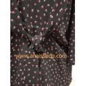 Blusa negra con triángulos en rojo y blanco