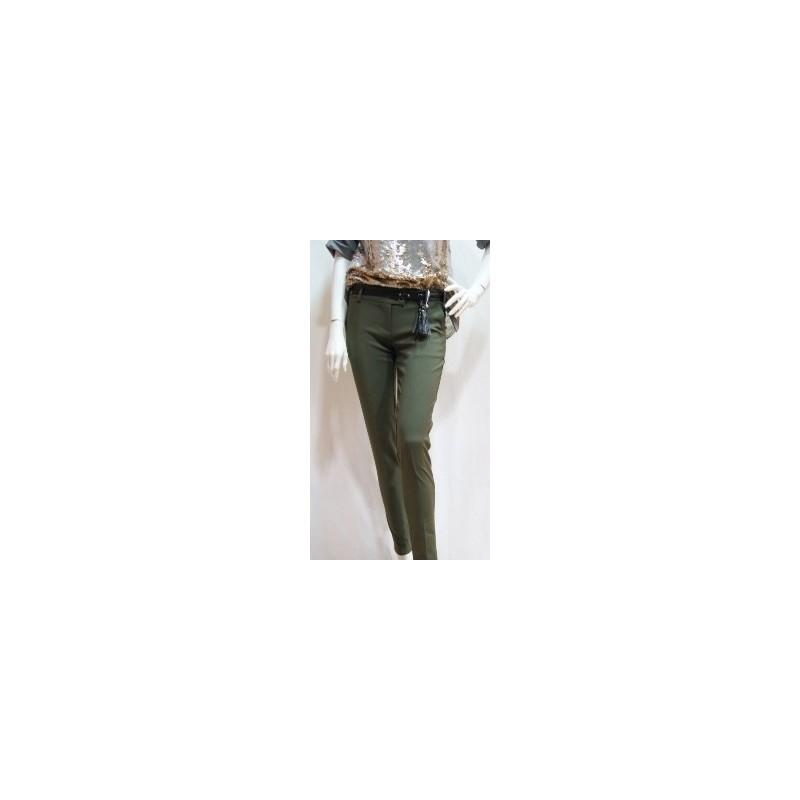 Pantalón pitillo en color kaki