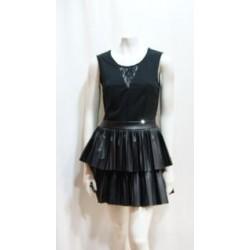 Vestido en pico con falda de volantes plisados, de color negro