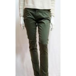 Pantalón 5 bolsillos verde kaki.