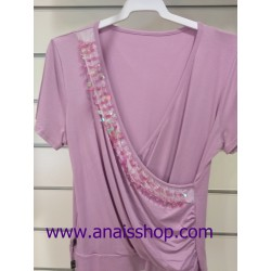 Camiseta malva de manga corta con escote pico