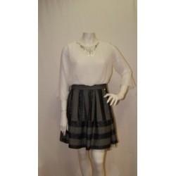 Vestido dos piezas, falda gris y blusa blanca